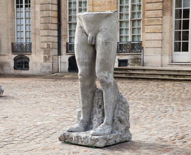Daniel Dewar / Grégory Gicquel – La Jeune Sculpture : Daniel Dewar & Grégory Gicquel. La mode.  2014, béton, 233 x 102 x 101 cm. Courtesy galerie Loevenbruck, Paris, et Truth and consequences, Genève. © photo musée Rodin, Paris (Lola Pertsowsky)