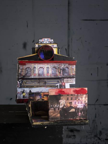 Stéphane Pencreac'h, Les Petits Théâtres de la Mémoire : Le Bataclan, 13 novembre 2015 (vue 2), 2020, Technique mixte, 24 x 36 x 32 cm, Courtesy Galerie Vallois / Stéphane Pencreac'h