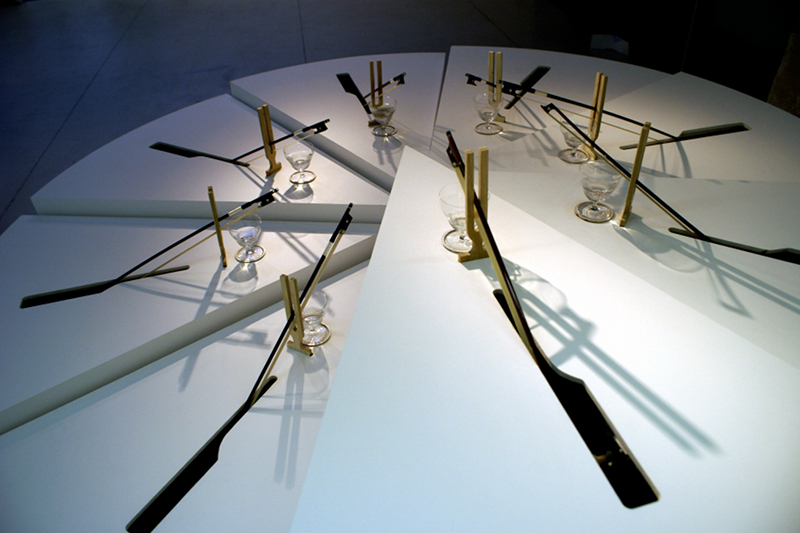 Frédéric Lecomte. Le Bal des ampères : Frédéric Lecomte. La part de nos mesures. 2009, verre, bois, son, 97 x 242 (diam.) cm. Copyright de l'artiste