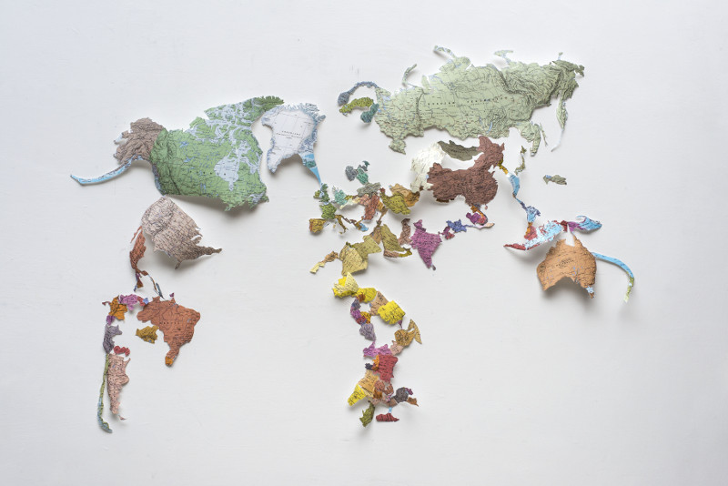 Julie Polidoro, Slow Borders : Julie Polidor, Unstitched Map, 2017, papier plastifié, 140 x 190 x 9 cm