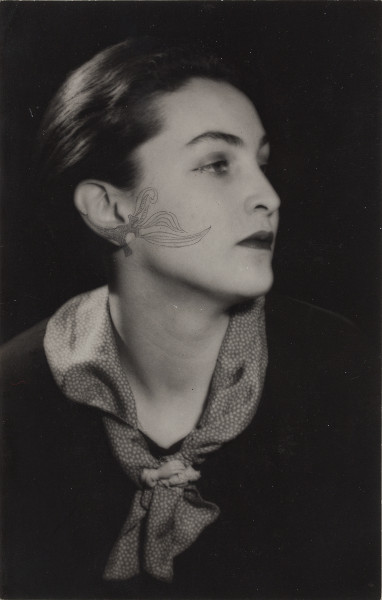 Meret Oppenheim – Rétrospective : Man Ray, Portrait de Meret Oppenheim (retouché au stylo par Meret Oppenheim), 1936. Collection particulière. Photo : Michel Bourguet. © Man Ray Trust / Adagp Paris, 2014