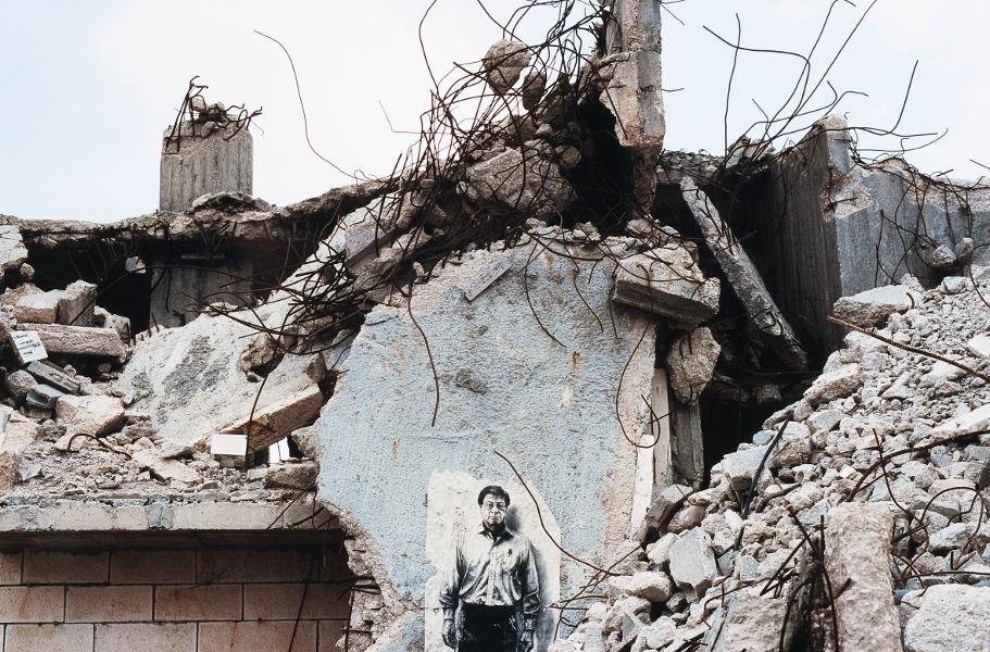 Ernest Pignon-Ernest : Mahmoud Darwich - La maison assassinée, Jérusalem Est - 2009, photographie, © Ernest Pignon-Ernest
