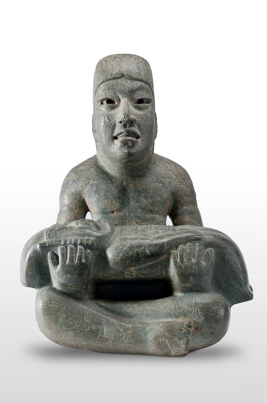 Les pierres de soleil des Olmèques : Monument 1, Señor de Las Limas. 900-400 av. J.-C., site de Las Limas, jadéite. Museo de Antropología de Xalapa - Universidad Veracruzana, Xalapa.