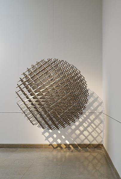 François Morellet. L'Esprit de suite, 1965-2015 : François Morellet. Sphère trame. 1962, acier inoxydable, h 45 x l 45 cm x p 45 cm. © Studio Morellet