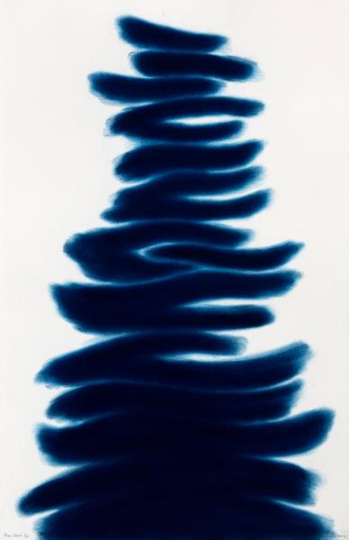 David Nash – The Many Voices of the Trees : David Nash. Blue Stack II. 2020, pochoir au pastel, 30 exemplaires, 102 x 67 cm. © David Nash / Courtesy Galerie Lelong & Co.