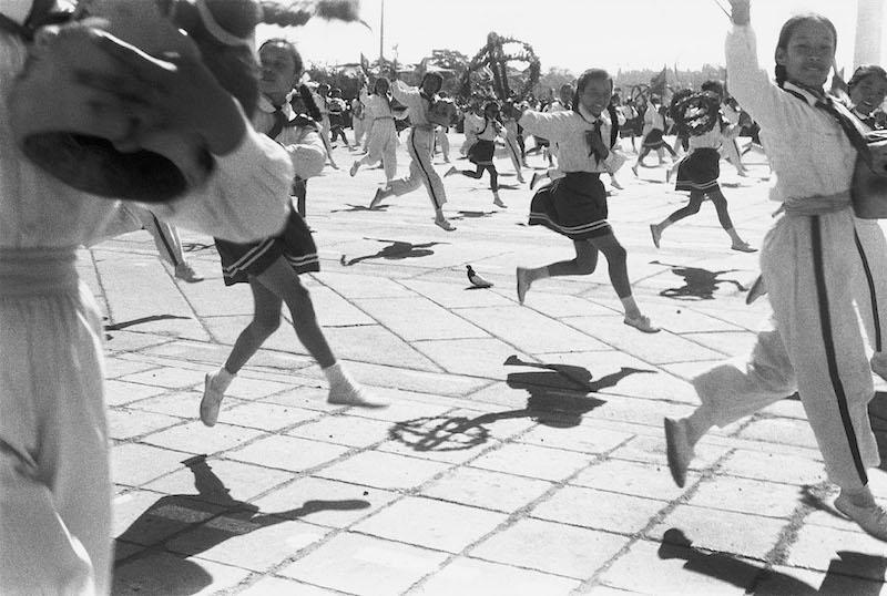 Henri Cartier-Bresson – Chine, 1948-1949 I 1958. : Célébrations du 9ème anniversaire de la République populaire, Pékin, 1er octobre 1958. © Fondation Henri Cartier-Bresson / Magnum Photos