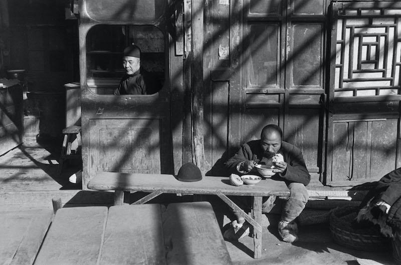 Henri Cartier-Bresson – Chine, 1948-1949 I 1958. : À l'entrée d'une taverne, Pékin, décembre 1948. © Fondation Henri Cartier-Bresson / Magnum Photos