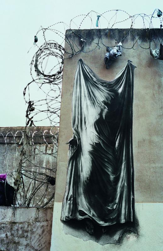 Enfermement : Ernest Pignon-Ernest. Suaire, Prison Saint-Paul, Lyon. 2012, photographie couleurs, 112,5 x 89 cm. ©Ernest Pignon-Ernest – Galerie Lelong Paris / ADAGP, Paris 2019. Photo : Studio Bordas.