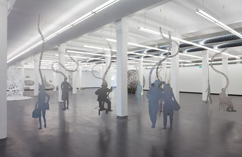 Jaume Plensa. Le silence de la pensée : Jaume Plensa. Silhouettes. 2011-2012, acier inoxydable, formats variables. Vue de l'installation