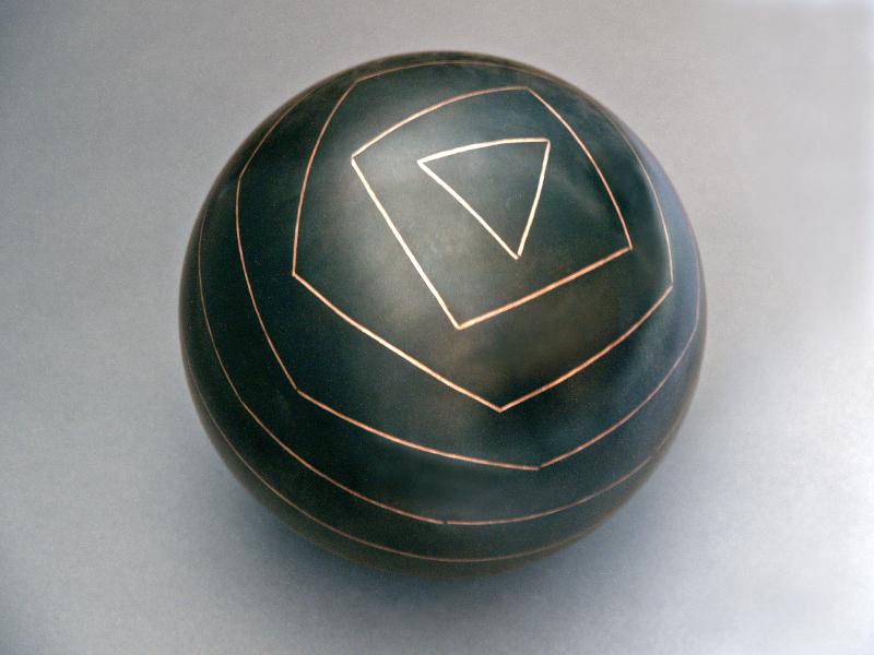 Vladimir Skoda. L'Atelier : Géométrie non euclidienne. 1993-1994, acier patiné noir, damasquinage de fil de cuivre, Ø 23 cm.