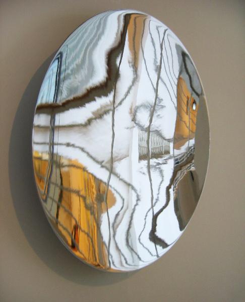 Vladimir Skoda. L'Atelier : Miroir du temps (vibrant). 1999-2005, acier inoxydable poli miroir Ø 97 x 15 cm, moteur électrique.  Collections privées, France.
