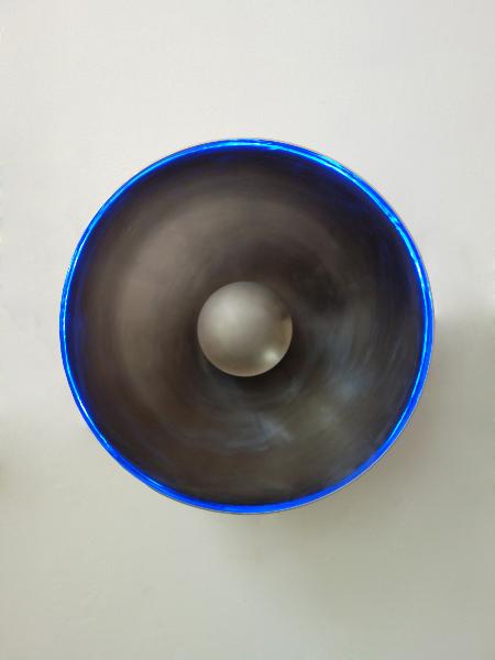 Vladimir Skoda. L'Atelier : Hommage à Yves Klein. 2018, acier inoxydable poli miroir et acier microbillé, Ø 70 x 25 cm.