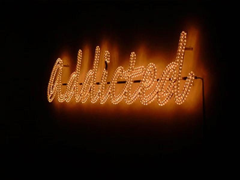 Jeanne Susplugas, Stratégie d'enfermement : Jeanne Susplugas, Addicted, 2002 Aluminum, LED 50 x 2 x 250 cm © de l'artiste