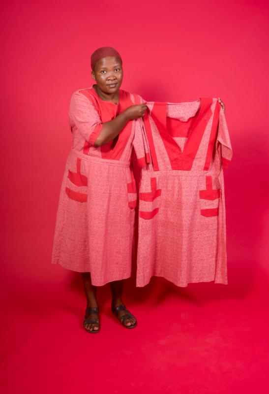 The Power of My Hands : Senzeni Marasela Waiting for Gebane, 2013-2019 Installation, 5 robes de coton, dimensions variables AFRONOVA Gallery, Johannesbourg, Afrique du Sud © Senzeni Marasela and AFRONOVA GALLERY / Photo Nico Krijno, courtesy The Johannesburg Pavillion