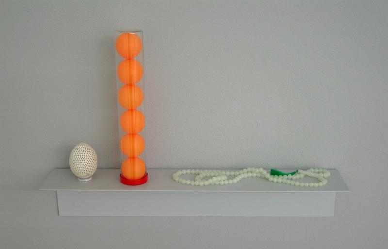 Trois fois rien : Burkard Blümlein  : Sans titre(conversation sur l'activité inutile), 2011, oeuf perforé, balles de ping-pong, tesbih sur étagère, 28x49x9cm