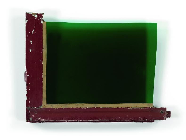 Trois fois rien : Fenêtre, 1981, bois peint, verre soufflé vert, 38x48cm, Coll Galerie Jean Fournier