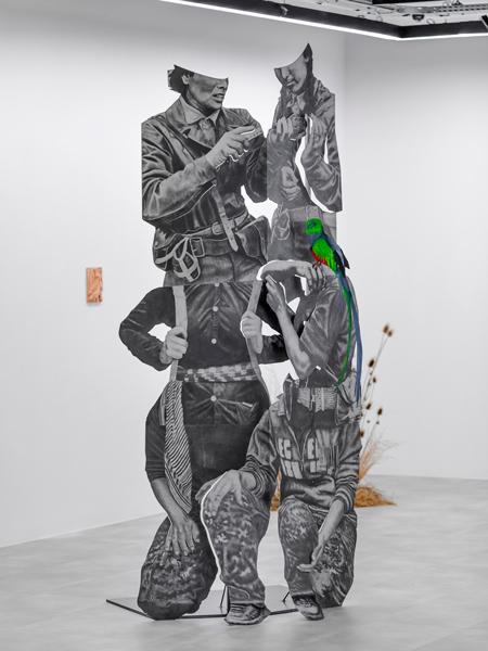 Daniel Otero Torres – Tierradentro : Daniel Otero Torres. Dos son mas que uno. 2021, crayon sur inox poli miroir, acier, 257 x 128,5 x 96 cm. © Daniel Otero Torres, production Drawing Lab Paris © Olivier Lechat