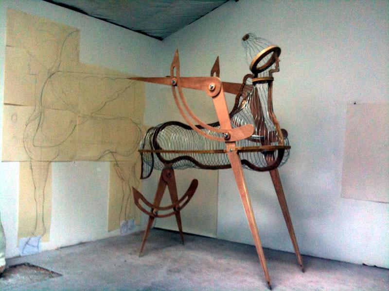 Festival APART - Yazid Oulab : Pégase, 2010, matériaux mixtes, 250 x 250 x 80 cm. Golden Uros, 2011, installation lumineuse, 138 x 68 cm © Yazid Oulab