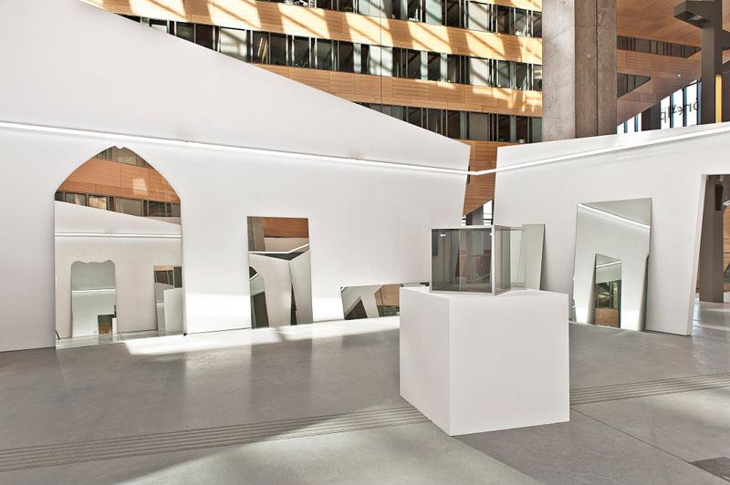 Transformations : John Knight, Exsitu, 1989 Dan Graham, Two Cubes, One Cube Rotated 45° [Deux cubes, un cube à 45°], 1985 (1er plan)  Vue de l'exposition Transformations, Collection IAC – Institut d'art contemporain par Vincent Lamouroux, 13 avril – 20 juillet 2013, Le Pla