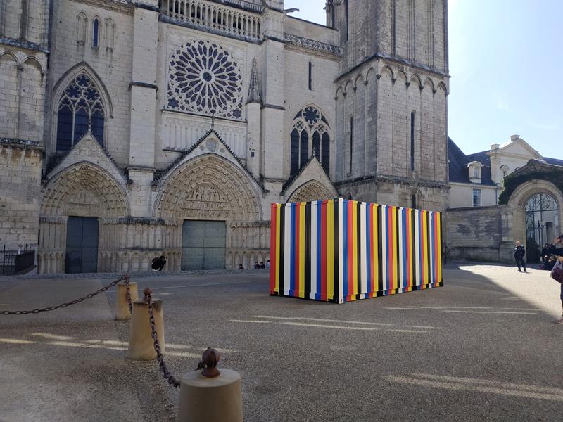 Traversées \ Kimsooja : Kimsooja. Bottari 1999-2019.  2019. Installation sur la place de la cathédrale, Poitiers.