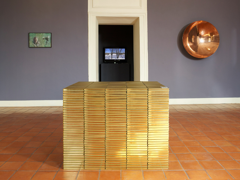 Intime Conviction : Pierre Huyghe. Livre d'or. 2006. Pile de 874 exemplaires. Dimensions variables. © Collection Giuliana et Tommaso Setari
