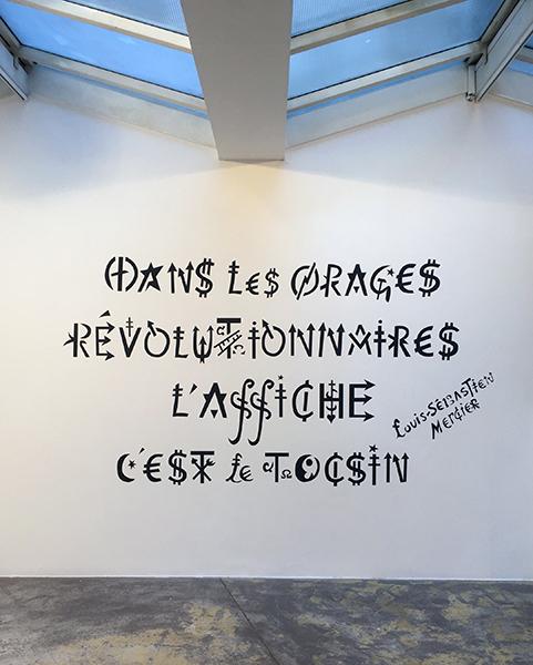 Jacques Villeglé – Alphabet(s) : Jacques Villeglé. Dans les orages révolutionnaires l'affiche c'est le tocsin – Louis-Sébastien Mercier. 2020-21, pochoir.