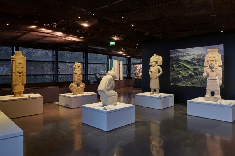Les pierres de soleil des Olmèques : Vue de l'exposition Les Olmèques et les cultures du golfe du Mexique, musée du quai Branly – Jacques Chirac, Paris, 2020.