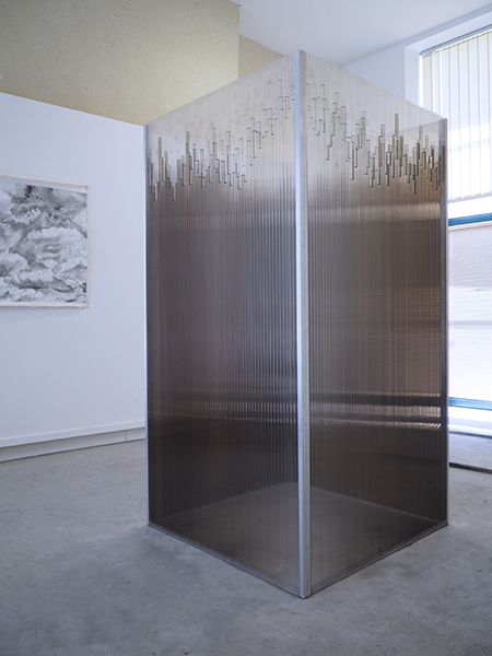 Wendy Vachal. Structures de l'instable : Rayons de pluie. 2020, polycarbonate alvéolaire, résine époxy, aluminium, eau, encre de Chine, 195 x 100 x 100 cm.