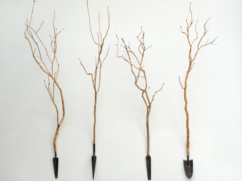 Yazid Oulab - Les outils de la peinture : Yazid OULAB Sans titre, 2021 Pinceaux sur bois sur métal 147 x 45 x 40 cm x 4. © Philippe Petiot