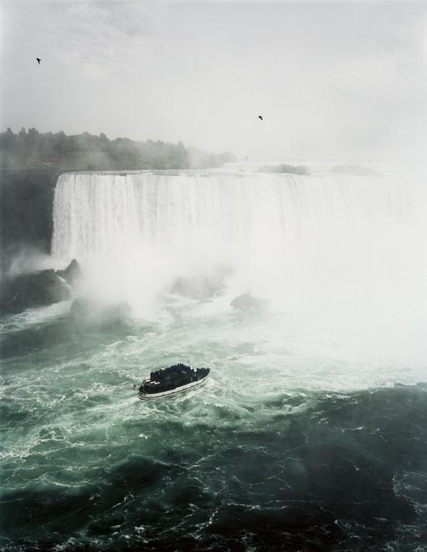 L'Oeil photographique : Niagara falls, Andreas Gursky, 1989, photographie couleur, 74,5 x 57,5 cm © Collection CNAP. Courtesy Sprüth Magers, Berlin, Londres