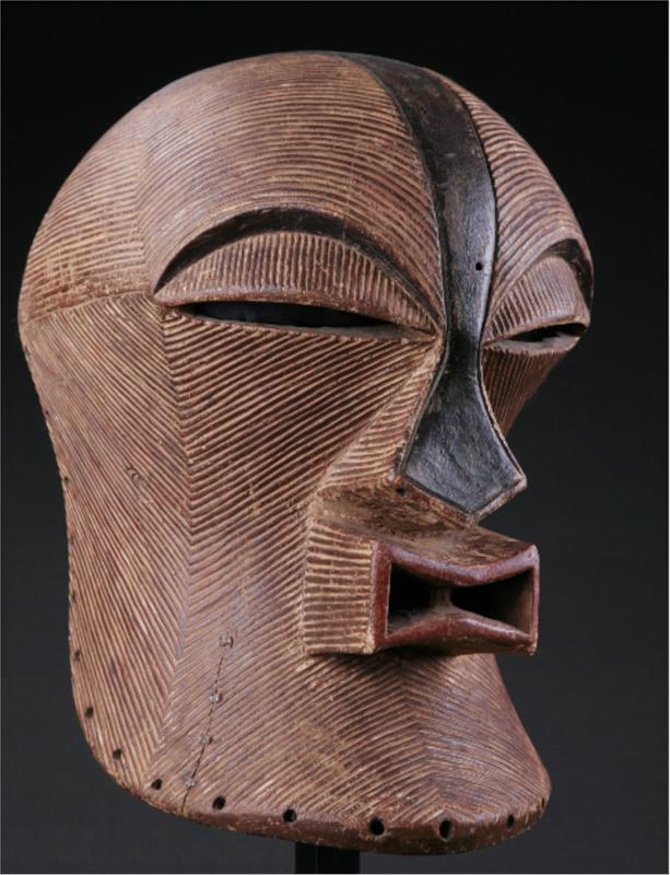 Afrique, collections croisées : Masque kifwebé féminin des SONGYE Côte d'Ivoire Bois polychrome, h. 37 cm Collection Sargos Photo : © Nicolas Sargos