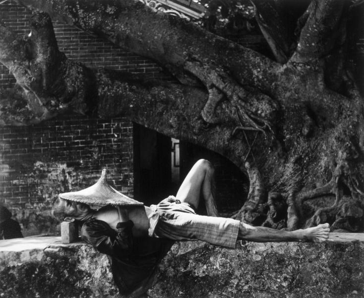 I went : Werner Bischof, A pleasant sleeping. Island of Kau Sei, 1952, Epreuve gélatino-argentique, 40,1 x 50,5cm, Centre national des arts plastiques, FNAC 03-1243, © Werner Bischof/Magnum Photo/ CNAP