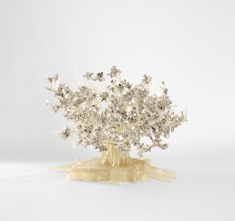 Brigitte Moreau Serre - Ses mains s'ouvrent sur une étoile : Arbre de vie, 2018, sculpture en 3D résine argentée, 50 x 67 x 60 cm, exposition chez Tajan. © Romain Courtemanche