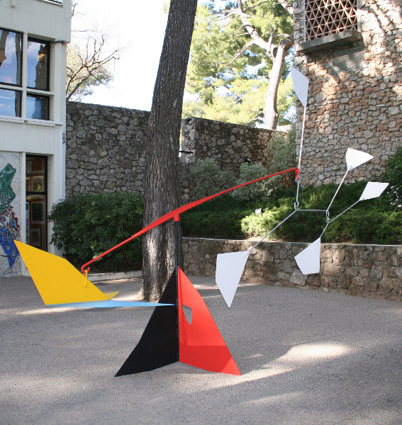 Alexander Calder : L'empennage 1953 Mobile-stabile 330 x 440 x 150 cm Collection Fondation Marguerite et Aimé Maeght, Saint-Paul © Photo Archives Fondation Maeght, Saint- Paul ©Adagp, Paris, 2014