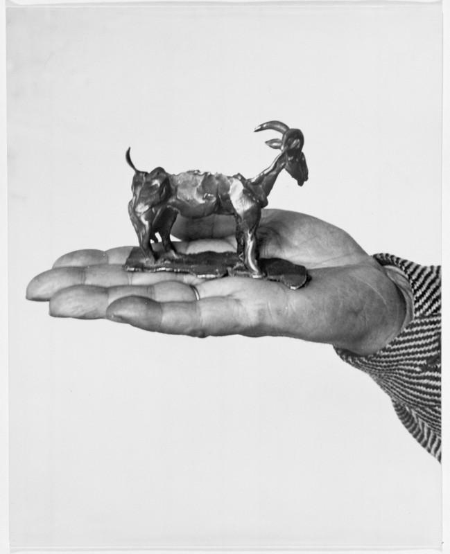 Picasso, le regard du photographe : Émile Savitry. La main de Pablo Picasso tenant la petit sculpture en bronze