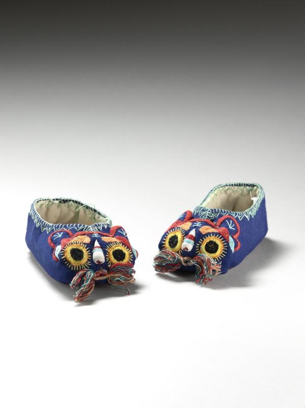 Costumes d'enfants, miroir des grands : Chaussures d'enfant à tête de tigre (hutouxie).  XX  e siècle, coton brodé, soie et lame métalloplastique dorée, 6 x 12 x 4 cm. Musée Guimet. © R.Chipault / B.Soligny - musée Guimet