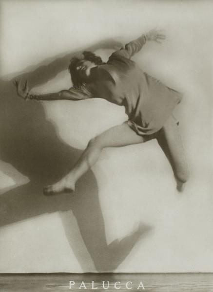 Danser sa vie - Art et danse de 1900 à nos jours : Charlotte Rudolph  Le Saut de Palucca, vers 1922-1923 Bromure d'argent sur papier légèrement citronné des années 1825 - 22,4 x 16,8 cm Collection Centre Pompidou, Musée national d'art moderne  Photo : Adam Rzepka,Centre Pompidou  Diffusion RMN  © Adagp, P