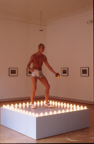 Danser sa vie - Art et danse de 1900 à nos jours : Felix Gonzalez-Torres Untitled (Go-Go Dancing Platform), 1991 © Kunst Museum St. Gallen, Saint Gall