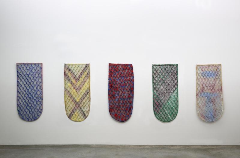 Daniel Dezeuze. Une Rétrospective. : Boucliers, 2012 Peinture sur osier et resille Collection privee © Adagp, Paris 2017