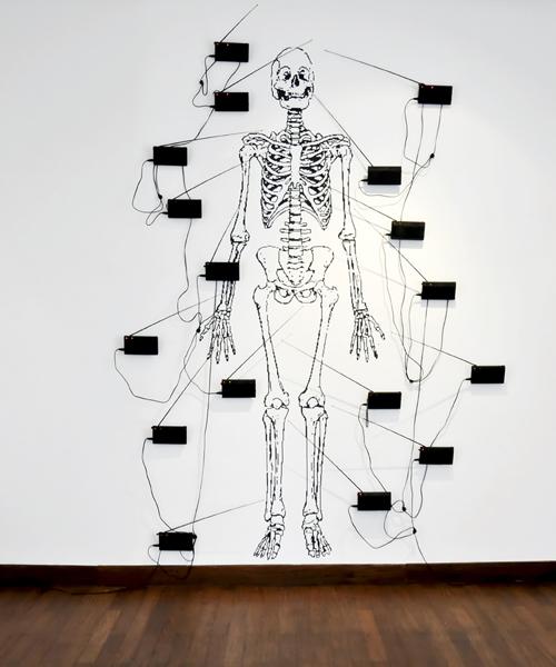 Le Maroc contemporain : Mohamed El Baz. Majnun. 2009-2011, peinture murale, radios sonores et câbles. Courtesy de l'artiste et de la galerie Imane Farès, Paris.