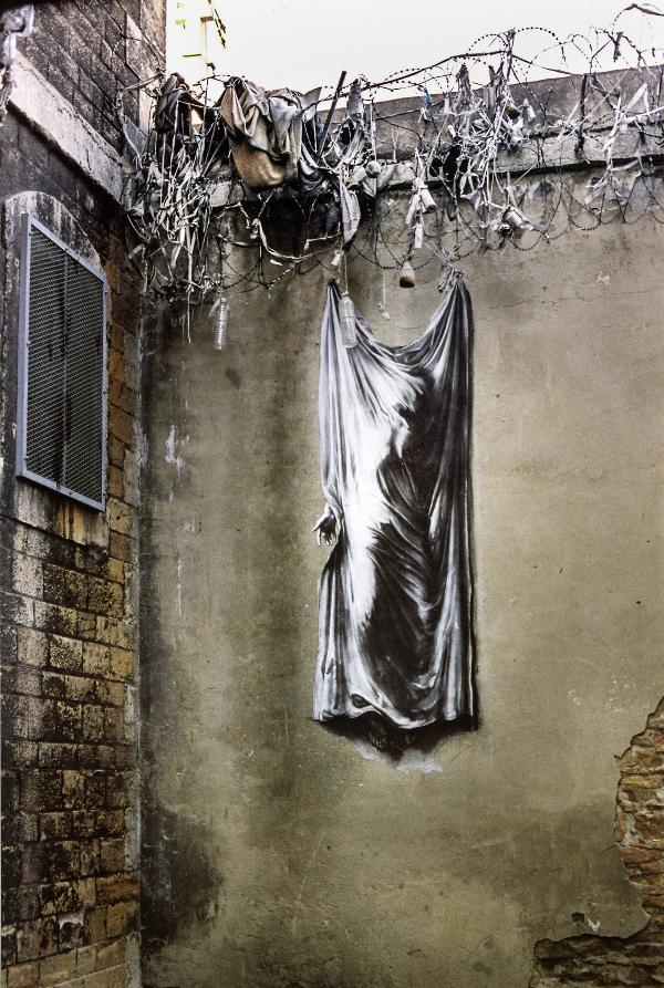 Ernest Pignon-Ernest - Prisons : Courtesy Galerie Lelong / © Ernest Pignon-Ernest -