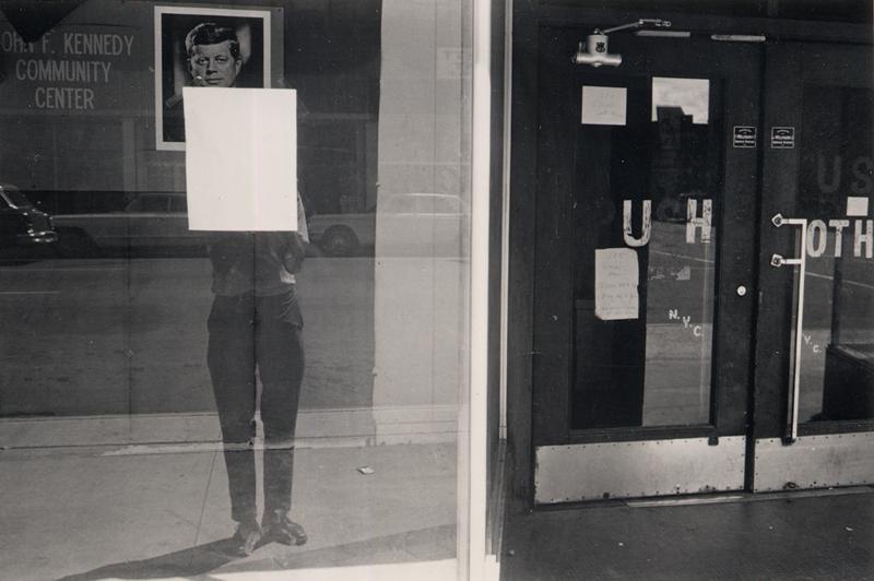 Exposition des Artistes de la cité internationale des Arts : Lee Friedlander, Shadow and Majorette, Louisiana, 1968. Épreuve aux sels d'argent. Collection MEP, Paris
