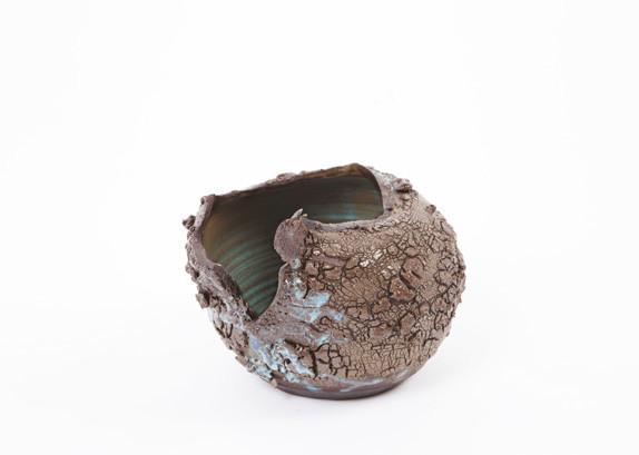 Coco Fronsac & King : King. Vase Ikebana 2015 - Grès noir, engobe de grès, oxydes de chrome vert et de cobalt Emaux (à l'intérieur uniquement) bleu/vert H. 21 x L. 22 x P. 13.5 cm