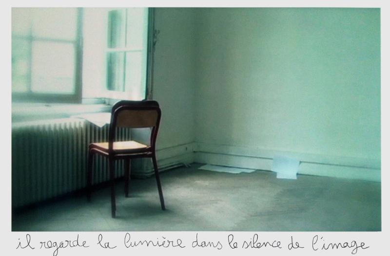 Isabelle Lévénez – Chambre d'attente : Isabelle Lévénez, Chaises, 2012, photographie et craie, 100 x 150 cm