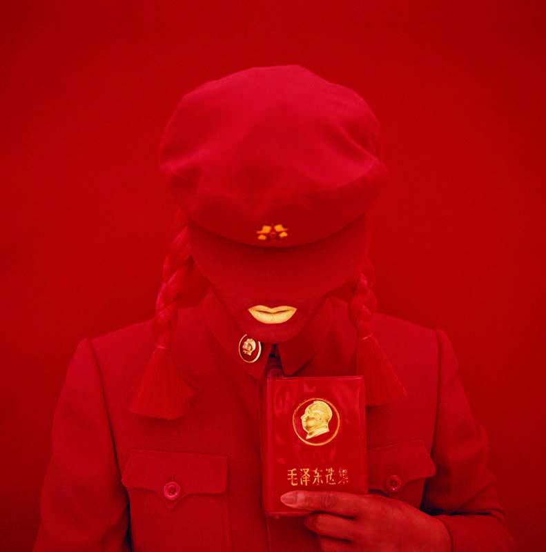 Kimiko Yoshida, Là où je ne suis pas : La Mariée Mao (garde rouge rouge), autoportrait, 2009 © Kimiko Yoshida