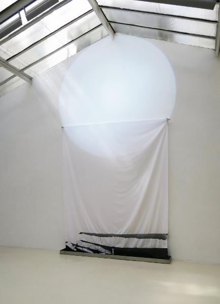 Matsutani, Novotný, Verjux – Une question de temps : TAKESADA MATSUTANI & MICHEL VERJUX - Beam & Stream #1 - 2018 projecteur à découpe, toile, bac acier et encre de Chine. Courtesy Galerie Jean Brolly