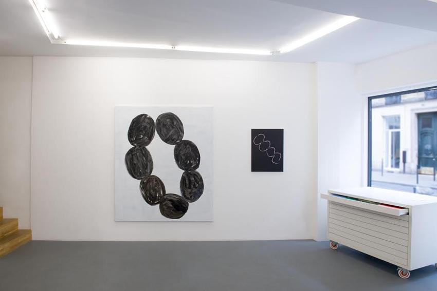 Marie-Claude Bugeaud : Vue de l'exposition à la galerie Djeziri-Bonn, Paris, 2016. A gauche : Le Collier d'Olympia. Crédit photo : Raphaële Kriegel