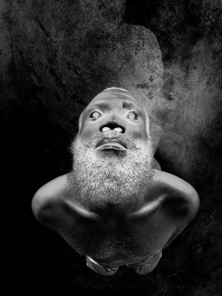 Viens, la mort, on va danser : Myriam Mihindhou, Déchoucaj' 19 - Haïti  2004 / 2006  -  90 x 60 cm - tirage argentique contrecollé sur acier  -  collection de l'artiste , tirage Dahinden © ADAGP, Paris