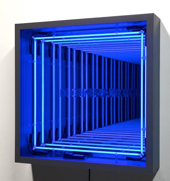 Mouvement et Lumière : Ivan Navarro, Degenerate. 2011. 84 x 84 x 18 cm. Néon bleu, plexiglas, bois, miroir, miroir sans tain, éléctricité. © Courtesy de la Galerie Templon