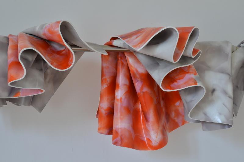 De la peinture, dans tous les sens... et à tous les étages ! : Laurence Papouin. Accumulation de cinq peintures sur barre. 2013.